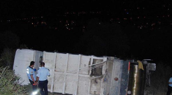 Freni Boşalan Çöp Kamyonu Şarampole Uçtu: 3 Yaralı