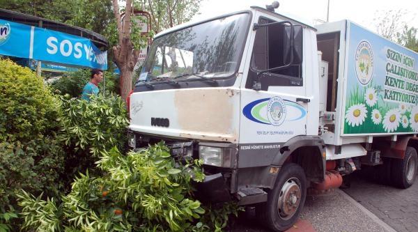 Freni Boşalan Çöp Kamyonunu Ağaç Durdurdu