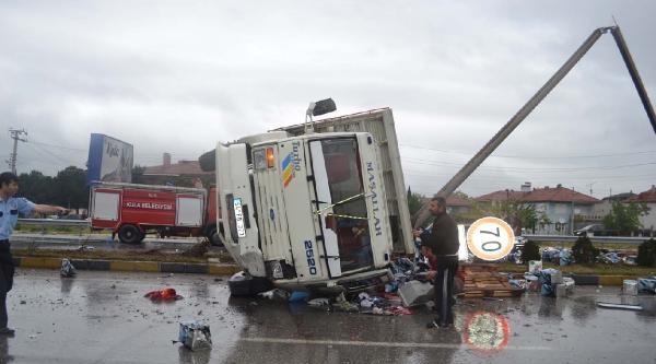 Freni Boşalan Kamyon Otomobile Çarpti: 1'i Ağır 4 Yaralı