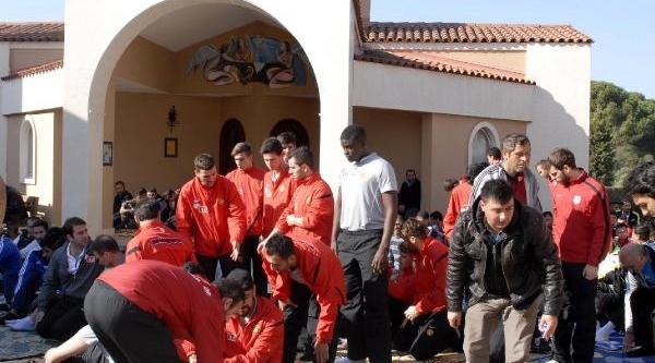 Futbolcular Dinler Bahçesi'nde Cuma Namazi Kildi