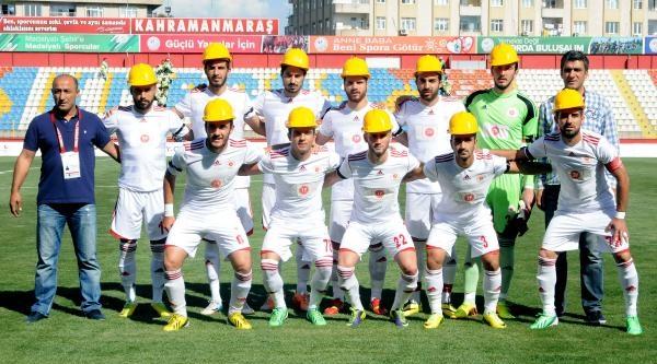 Futbolcular Maça Baretle Çikti