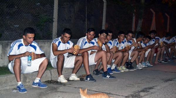 Futbolcular Yedi, Kedi Baktı