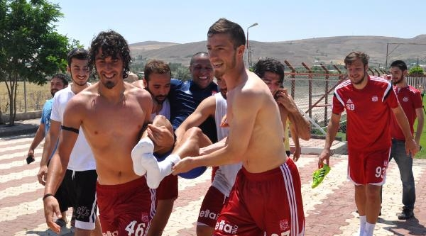 Futbolculardan Roberto Carlos'a Sulu Şaka