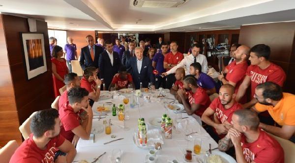 Galatasaray Yönetiminden Futbolculara Moral Ziyareti