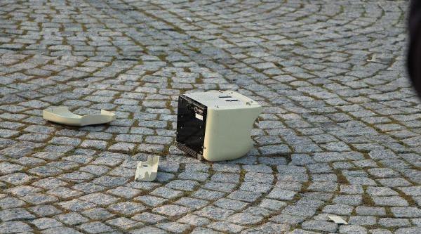 Gazete Binasi Önünde Para Sayma Makineli Protesto