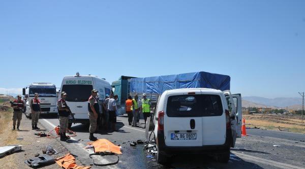 Gaziantep'te Minibüs İle Hafif Ticari Araç Çarpişti: 2 Ölü, 8 Yaralı