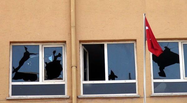 Gaziantep'te Okulun Camlarını Kırdılar