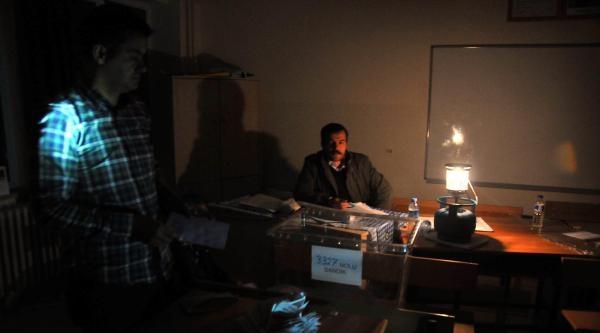 Gaziantep'te Oylar Fener Işiğinda Sayıldı