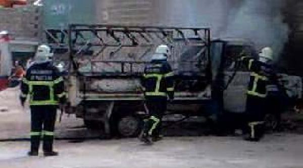 Gaziantep'te Park Halindeki Kamyonet Yandı