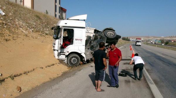 Gaziantep'te Tır Devrildi, Sürücü Yaralandı