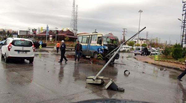 Gaziantep'te Yolcu Minibüsü Otomobile Çarpti