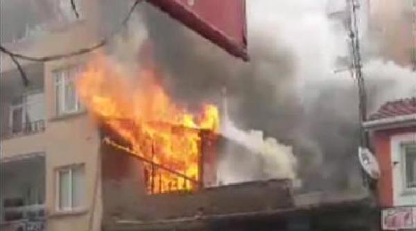 Gaziosmanpaşa'da Metruk Bina Böyle Yandı