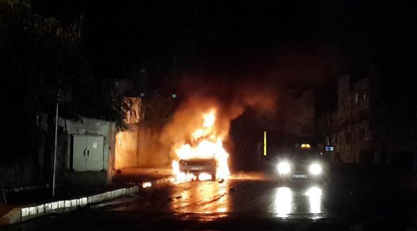 Gaziosmanpaşa'da Park Halindeki 2 Otomobil Yakıldı