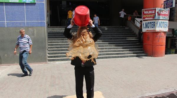 Gazze'de Ölümlere Tepki İçin Başından Çamurlu Su Döktü