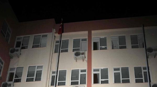 Gece Yarısı Okuldan Bayrağı İndirmeye Kalktılar
