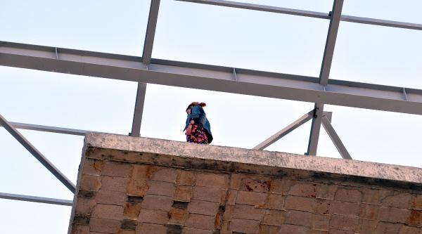 Genç Kadın İnşaat Halindeki Binaya Çikip İntihar Etmek İstedi