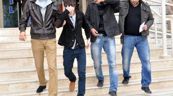 Genç Kizi Eterle Bayiltip Çantasini Çalan 3 Kişi Yakalandi