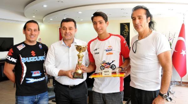 Genç Motosikletçi Kupayı Başkana Hediye Etti