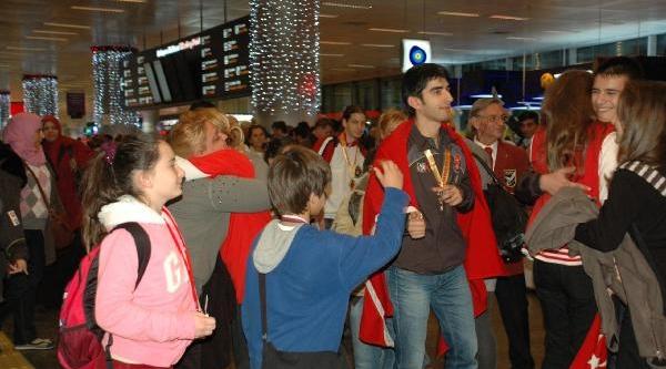 Genç Ve Minik Karateciler Madalyalarla Döndü