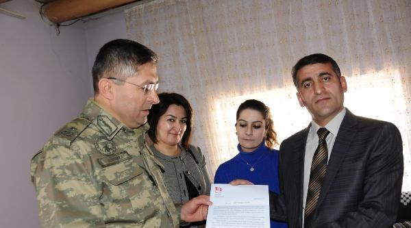 Genelkurmay Başkanı'nın 18 Mart Davetiyesini, Şehit Korucunun Ailesine Tuğgeneral Sönmez Verdi