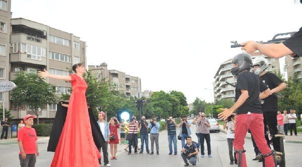Gezi Olaylarının Yıldönümünde Bursa'da Kırmızı Giyen Kadınlar Yürüdü