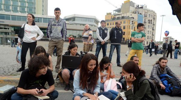 Gezi Parkı Karşısında Kitap Okuma Eylemine Polis Engeli
