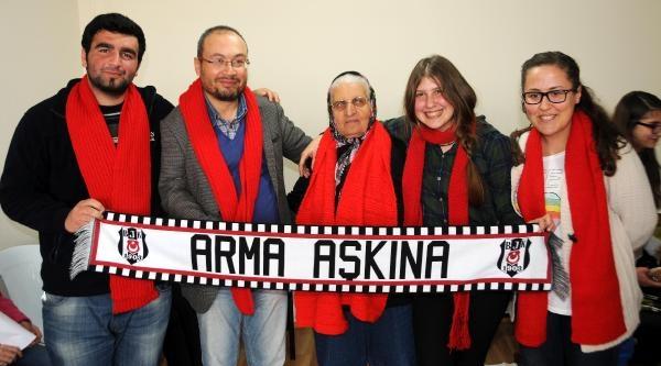 Gezi Tutuklularına Örülen Kırmızı Atkı Tahliyeden Sonra Teslim Edildi