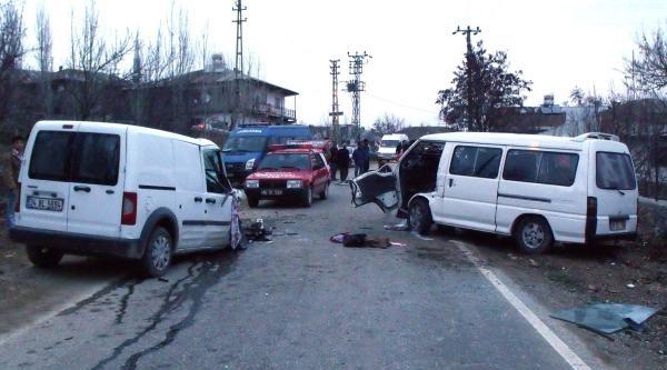 Göksun'da Minibüs İle Hafif Ticari Araç Çarpişti: 5 Yaralı
