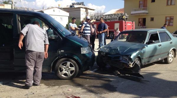 Göksun'da Minibüs İle Otomobil Çarpişti: 1 Ölü, 7 Yaralı