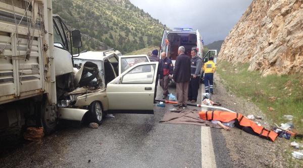 Göksun'da Otomobil İle Kamyonet Çarpişti: 3 Ölü