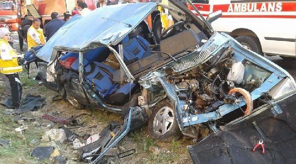 Göksun'da Otomobil İle Tır Çarpişti: 3 Yaralı