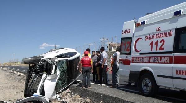 Göksun'da Otomobil İş Makinesine Çarpti: 2 Yaralı