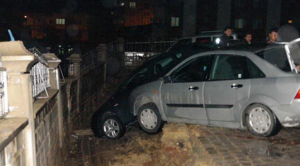 Gölbaşi'Nda Bahçe Duvari Çöktü; 5 Otomobil Hasar Gördü