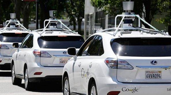 Google'ın sürücüsüz aracı yola çıkıyor
