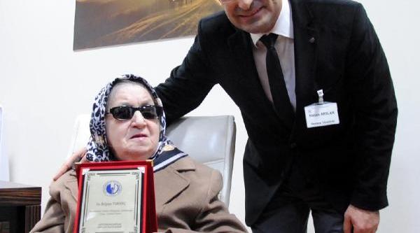 Görme Engelli Hayirseverden Hastaneye Bağiş