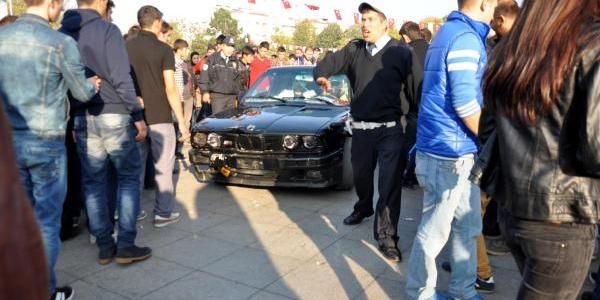 Gösteri Otomobili Seyircilerin Arasina Daldi: 4 Yarali