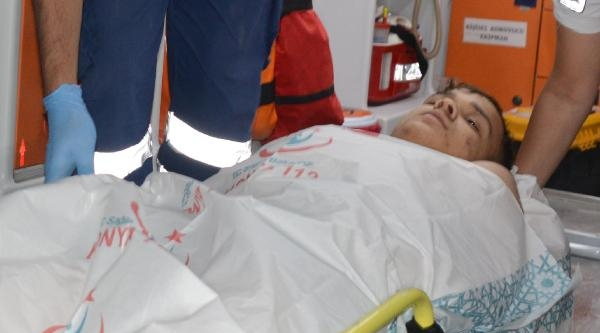Gözlüğünü Aldığı Arkadaşı İle Şakalaşirken Bıçakla Yaralandı