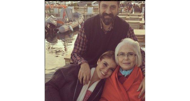 Gülben Ergen huzurevinde yaşayan annesini ziyaret etti