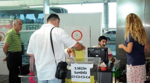 Gurbetçiler Oylarını Havalimanında Kullandı