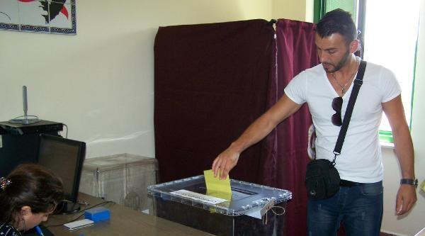 Gurbetçiler Zonguldak Havalimanı'nda Oy Kullanıyor