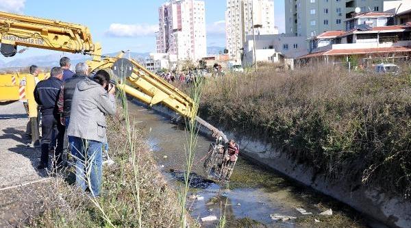 Hafif Ticari Araç Kanala Uçtu: 1 Ölü, 3 Yarali