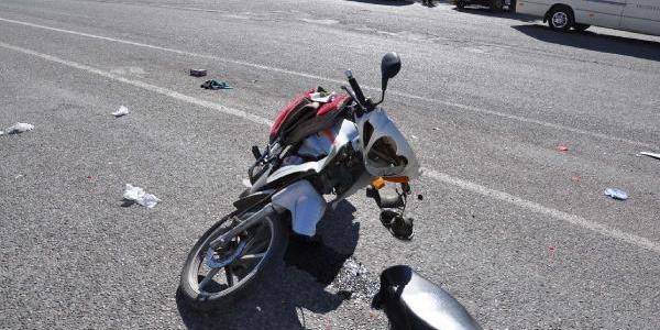 Hafif Ticari Araca Çarpan Motosiklet Sürücüsü Yaralandi
