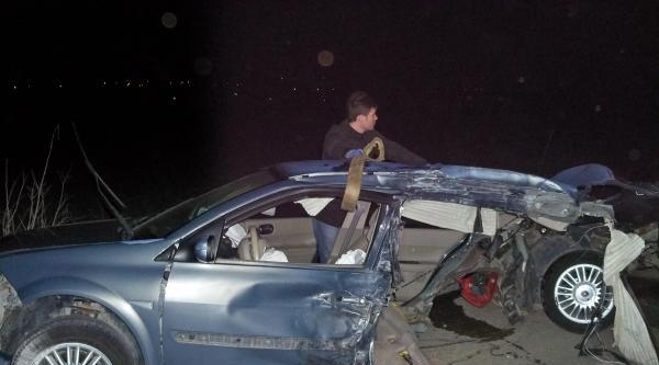 Hafif Ticari Araçla Çarpişan Otomobil İkiye Ayrıldı: 4 Yaralı