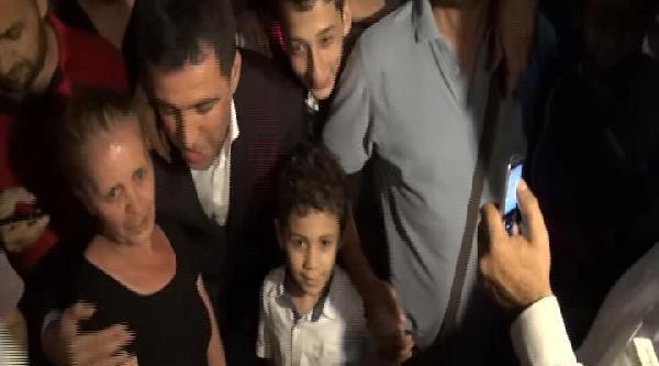 Hakan Şükür'den Adliye Önündeki Ailelere Destek Ziyareti