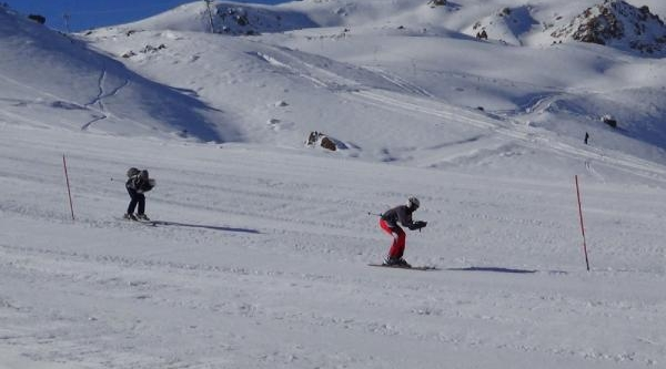 Hakkari'de Kayak Yarişmasi