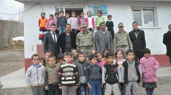 Hakkari'de Mehmetçik Öğretmenleri Unutmadi