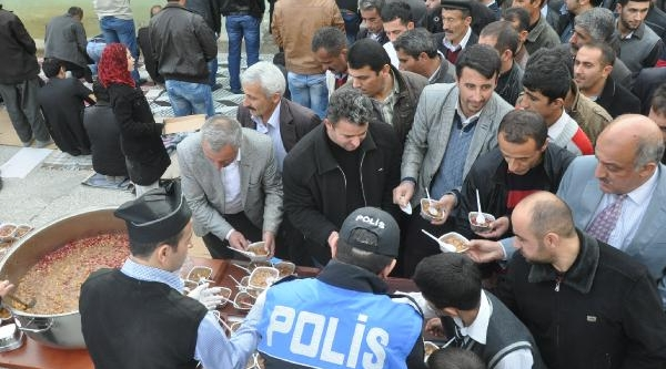 Hakkari'de Polis Bin Kişiye Aşure Dagitti