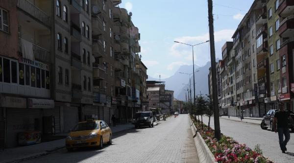 Hakkari'de Sokağa Çikma Yasağı Kalktı, Ancak Kepenkler Açılmadı