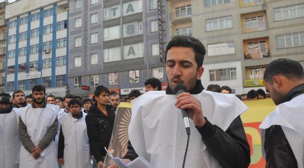 Hakkari'de Üniversitesi Öğrencileriden Kefenli Anma