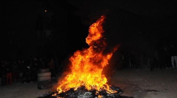 Hakkari'deki Şenlikte Nevruz Ateşi Yakıldı